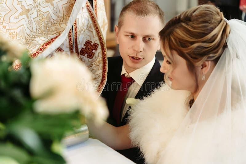 Ceremonia de boda de la novia rubia elegante feliz y del novio elegante imagen de archivo libre de regalías