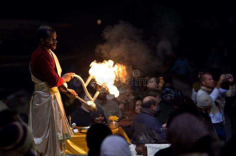 Ceremonia de Ganga Aarti en Varanasi, la India foto de archivo libre de regalías