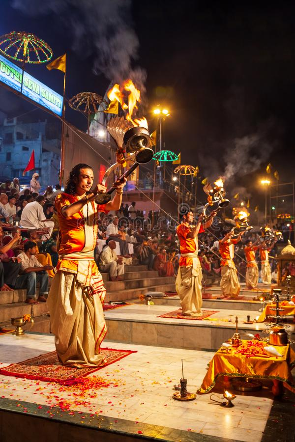 Ceremonia de Ganga Aarti en Varanasi imagenes de archivo