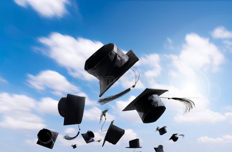 Ceremonia de graduación, casquillos de la graduación, sombrero lanzado en el aire con fotos de archivo
