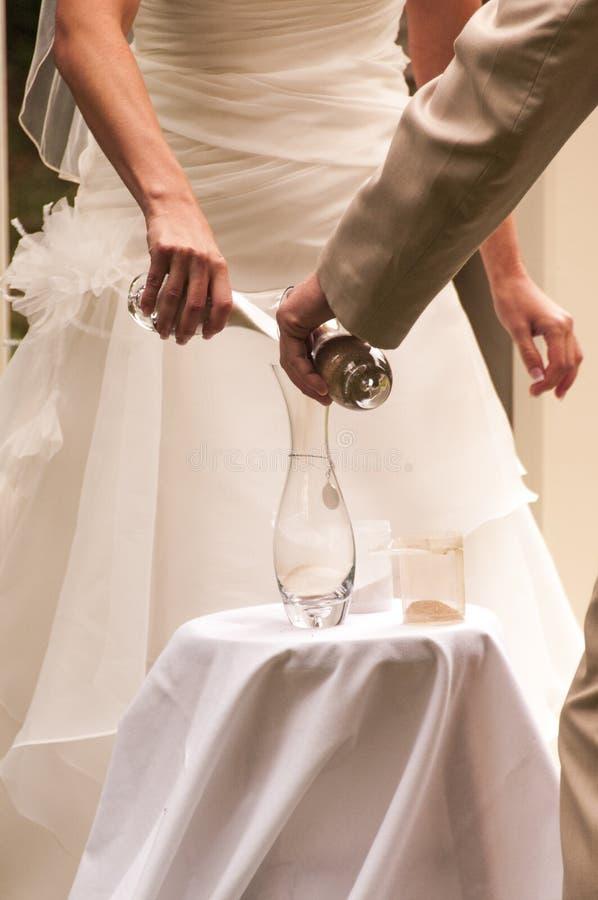 Ceremonia de la arena de la boda imagenes de archivo