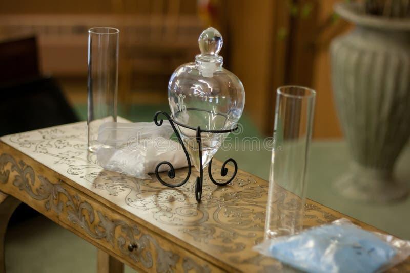 Ceremonia de la arena de la boda con el florero de cristal del corazón fotos de archivo