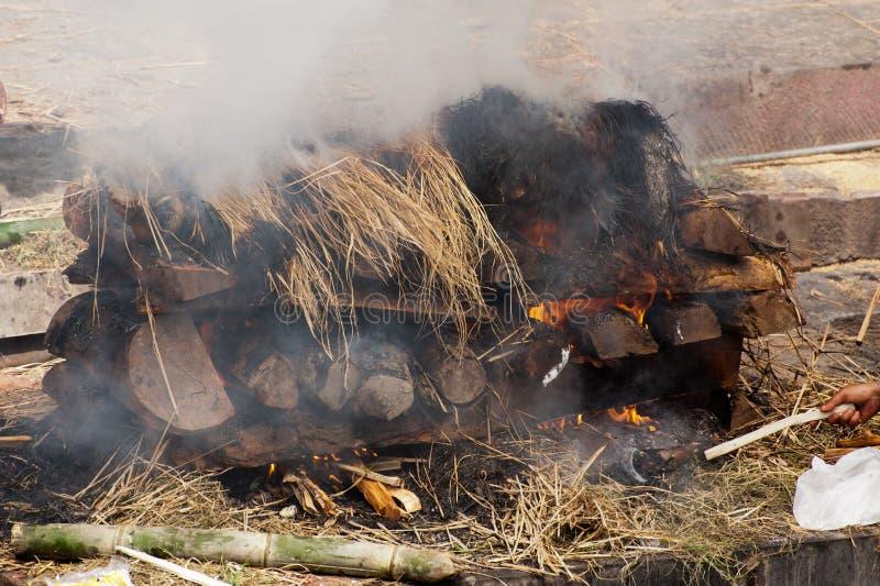 Ceremonia de la cremación en el templo de Pashupatinath. Nepal fotografía de archivo