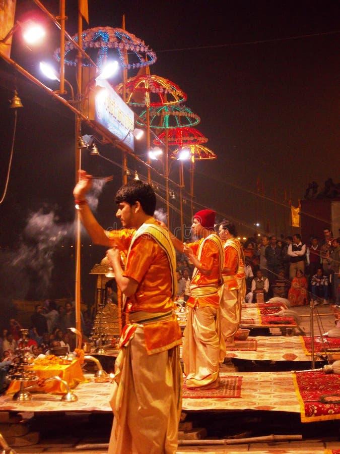Ceremonia de la puesta del sol en la ciudad santa de Varanasi en la India fotos de archivo