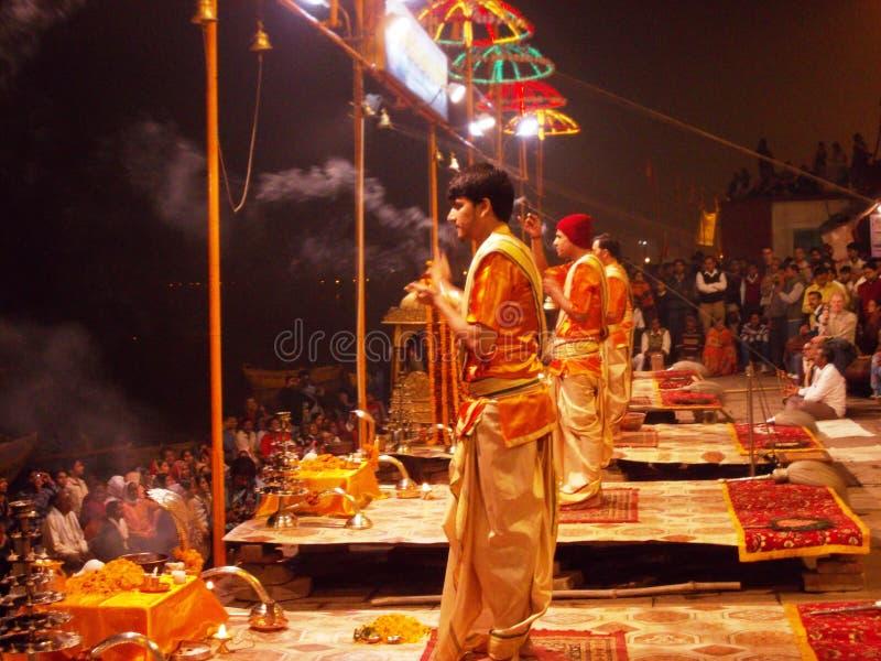 Ceremonia de la puesta del sol en la ciudad santa de Varanasi en la India imagen de archivo