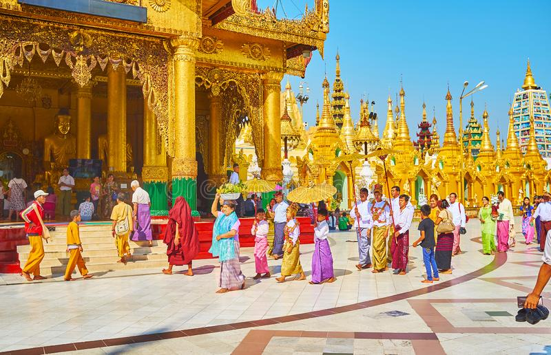 Ceremonia de Novitiation de samaneras jovenes en Shwedagon, Rangún, mi imágenes de archivo libres de regalías