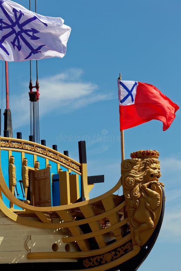 Ceremonia de poner en marcha una reproducción de la nave rusa antigua del zar Peter I Poltava en astillero histórico imagen de archivo