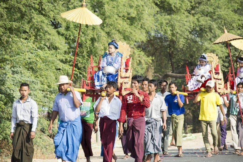Ceremonia de Shinbyu o del novitiation imagenes de archivo