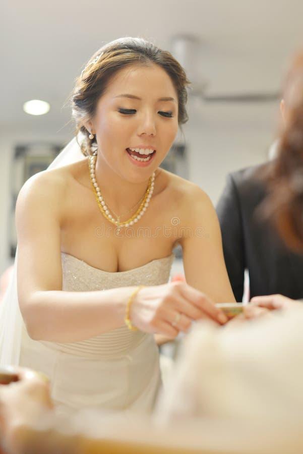 Ceremonia de té china asiática tradicional de la boda foto de archivo