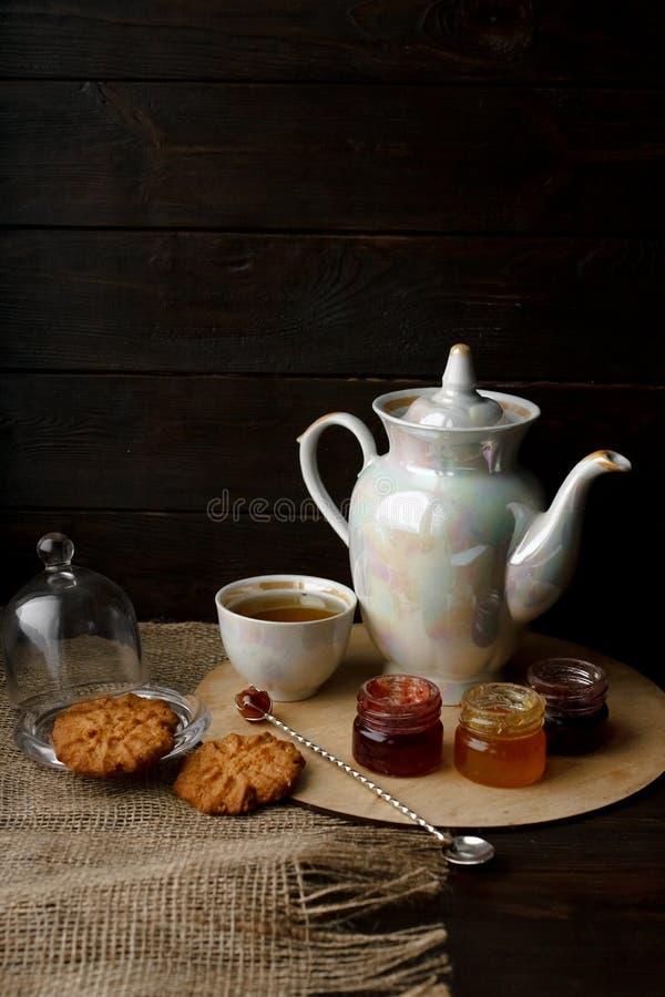 Ceremonia de té con las galletas y el atasco de la harina de avena Caldera de la porcelana imagen de archivo libre de regalías