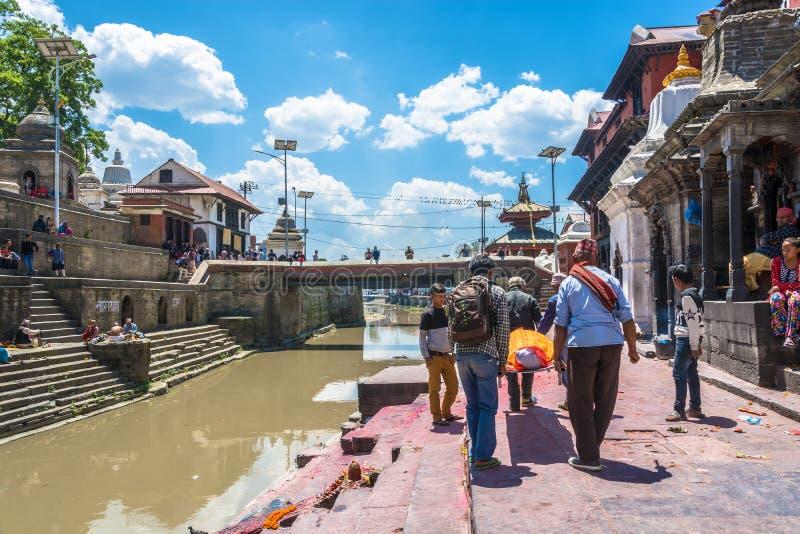 Ceremonia del entierro en los bancos del río de Bagmati en el Pashupa imágenes de archivo libres de regalías