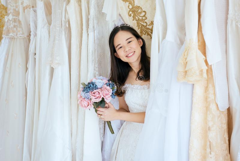 Ceremonia en d?a de boda, feliz y sonrisa, retrato de la novia asi?tica hermosa de la mujer en el vestido blanco alegre y diverti fotos de archivo libres de regalías