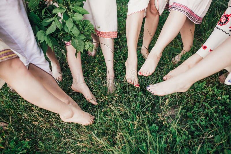 Ceremonia eslava pagana joven de la conducta de la muchacha el pleno verano fotos de archivo