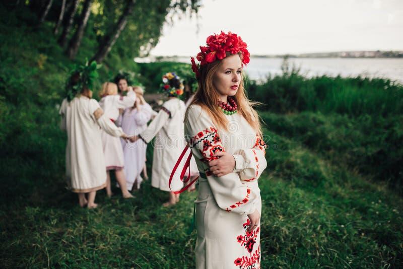 Ceremonia eslava pagana joven de la conducta de la muchacha el pleno verano imagenes de archivo