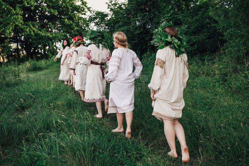 Ceremonia eslava pagana joven de la conducta de la muchacha el pleno verano foto de archivo