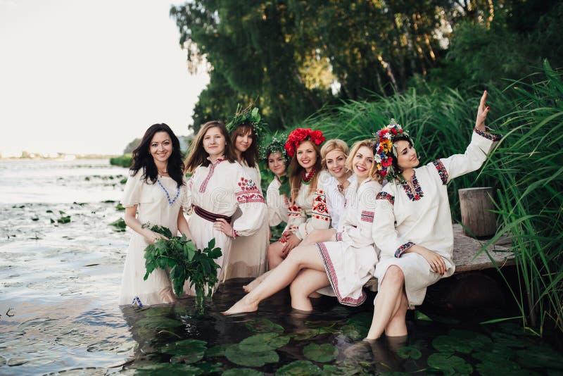 Ceremonia eslava pagana joven de la conducta de la muchacha el pleno verano imagen de archivo