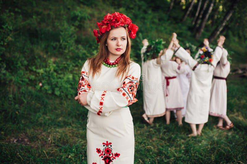 Ceremonia eslava pagana joven de la conducta de la muchacha el pleno verano imagen de archivo libre de regalías