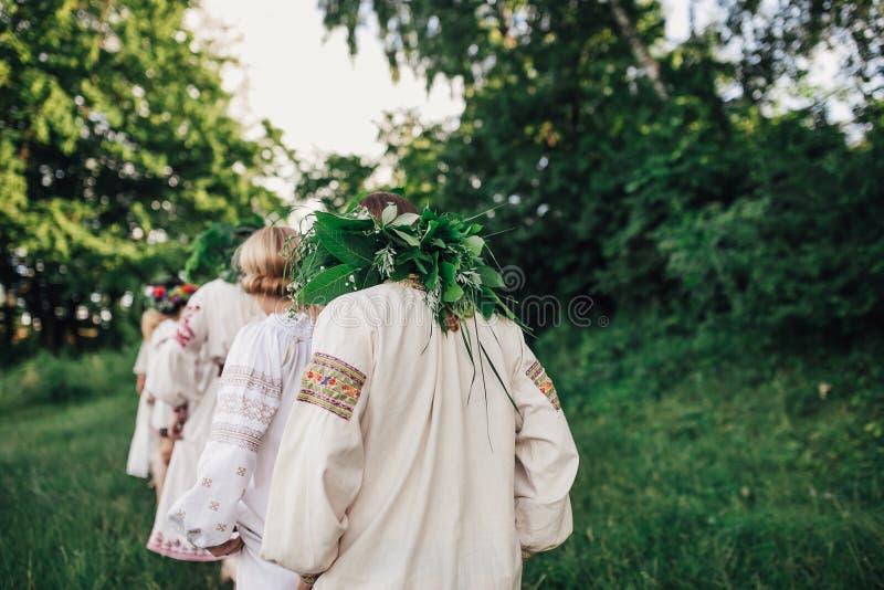 Ceremonia eslava pagana joven de la conducta de la muchacha el pleno verano fotografía de archivo