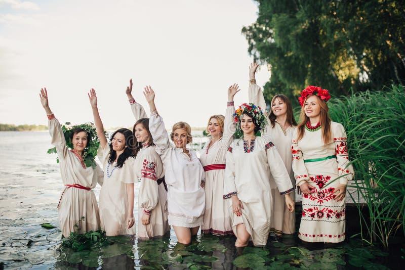 Ceremonia eslava pagana joven de la conducta de la muchacha el pleno verano foto de archivo libre de regalías