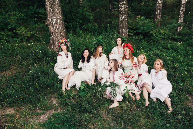 Ceremonia eslava pagana joven de la conducta de la muchacha el pleno verano fotografía de archivo libre de regalías