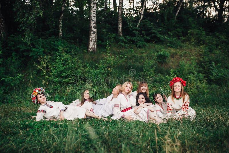Ceremonia eslava pagana joven de la conducta de la muchacha el pleno verano imágenes de archivo libres de regalías