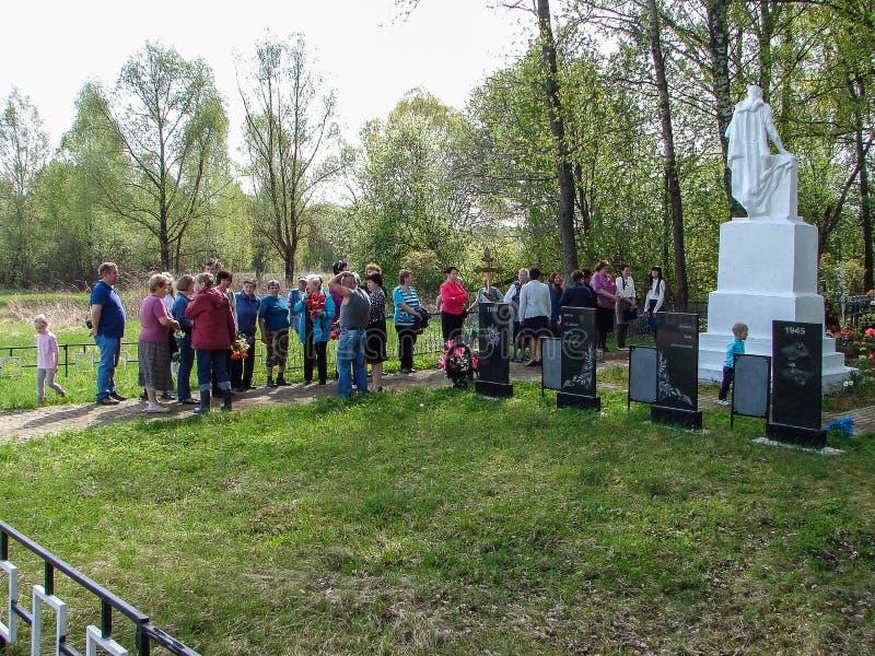 Ceremonia przy masowym grób w wiosce Kaluga region na 8 może 2016 (Rosja) obrazy stock