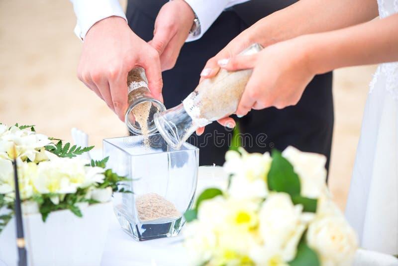 Ceremonia romántica de la arena de la boda en la playa fotos de archivo