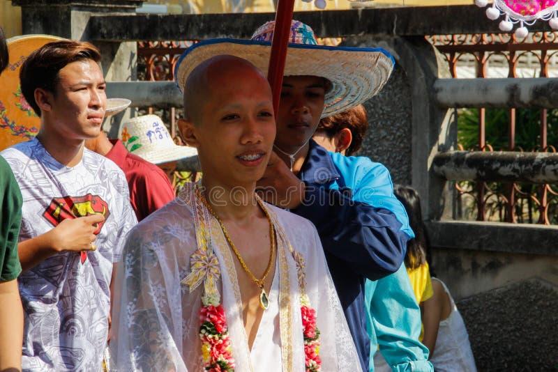 Ceremonia y novio de boda en un vestido blanco debajo de un paraguas imagen de archivo libre de regalías