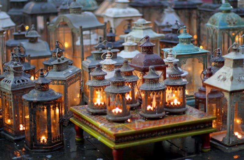 Ceremonia z wiele ornamentami z lampami zaświecał świeczki inside fotografia royalty free