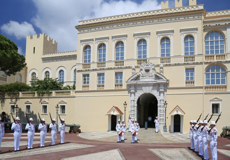 Ceremonialny odmienianie strażnik przy siedzibą książe Monaco obrazy royalty free