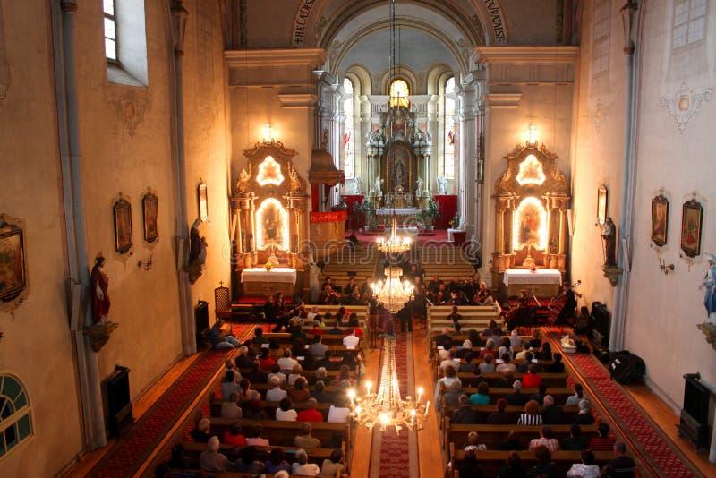 Ceremonie in katholieke kerk stock fotografie