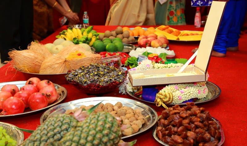 Ceremonie van het zuiden de Indische Huwelijk, vruchten in verzilverd tafelgerei op stadium stock foto
