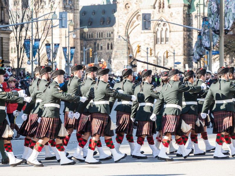 Ceremoniell vakt av regulatorn General Foot Guards av Kanada, med deras kiltar som ståtar under minnedag royaltyfri bild