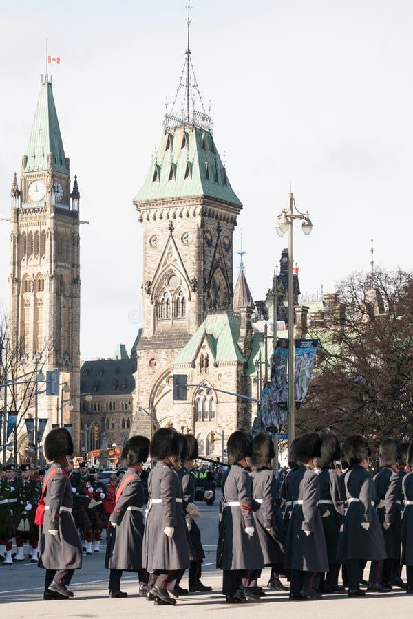 Ceremoniell vakt av regulatorn General Foot Guards av Kanada som framme ståtar under minnedag av den kanadensiska parlamentet fotografering för bildbyråer