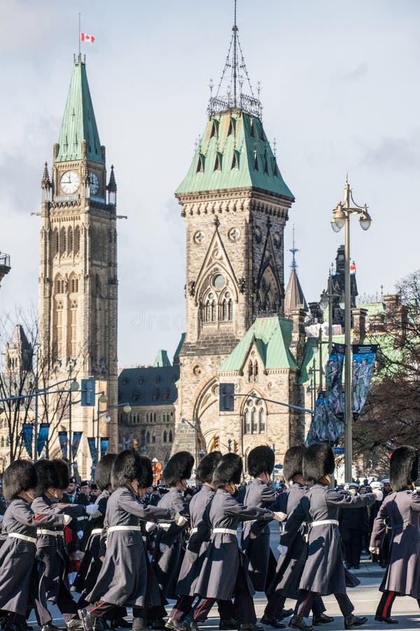 Ceremoniell vakt av regulatorn General Foot Guards av Kanada som framme ståtar under remebrancedag av den kanadensiska parlamente arkivbilder