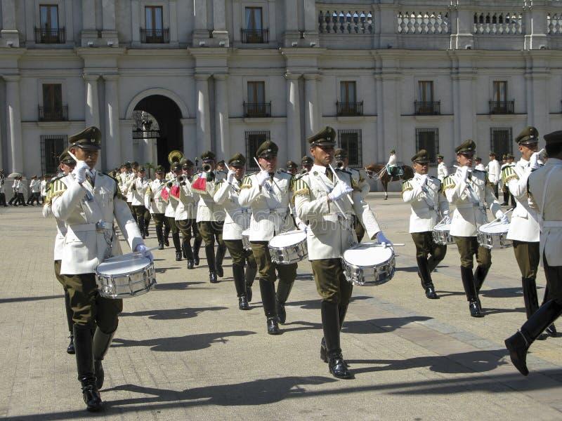 Ceremoniellt ändra av vakten på Palacio de la Moneda arkivfoto