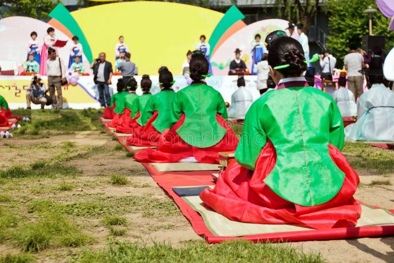 ceremonii kobiety smokingowe koreańskie herbaciane tradycyjne zdjęcie stock