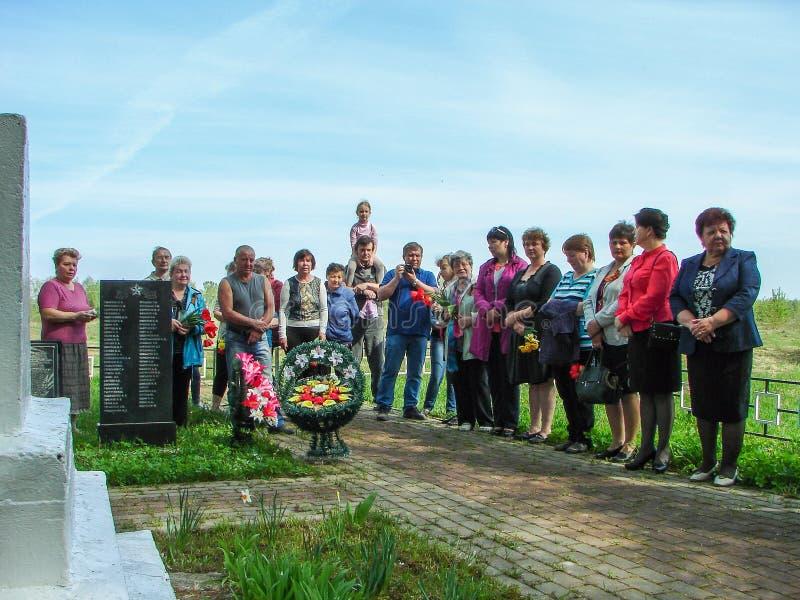 Ceremonin på massgraven i byn av den Kaluga regionen (Ryssland) på 8 kan 2016 royaltyfri bild