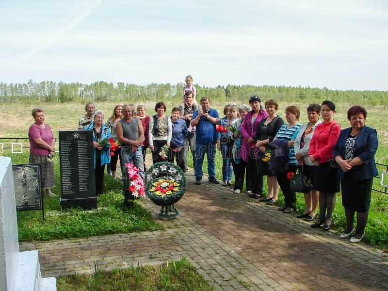 Ceremonin på massgraven i byn av den Kaluga regionen (Ryssland) på 8 kan 2016 royaltyfri fotografi