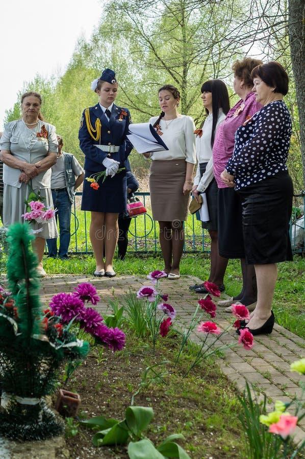 Ceremonin på massgraven i byn av den Kaluga regionen (Ryssland) på 8 kan 2016 royaltyfri foto