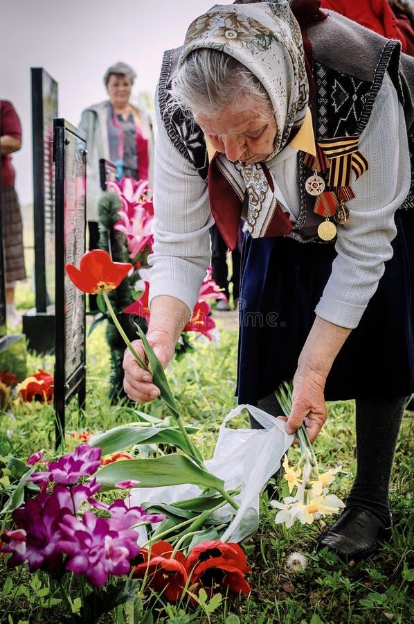 Ceremonin på massgraven i byn av den Kaluga regionen (Ryssland) på 8 kan 2016 arkivbild