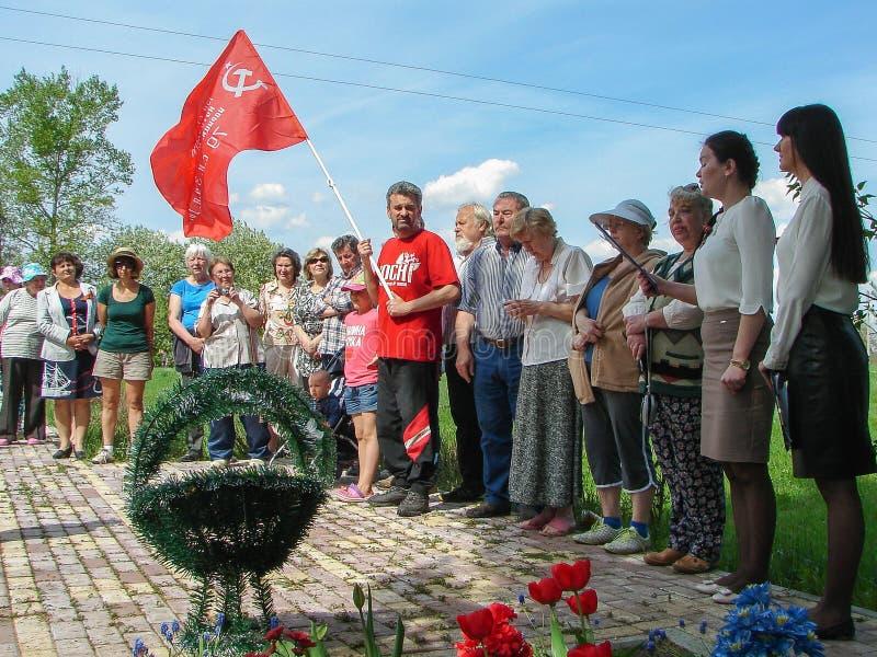 Ceremonin på massgraven i byn av den Kaluga regionen (Ryssland) på 8 kan 2016 arkivbilder