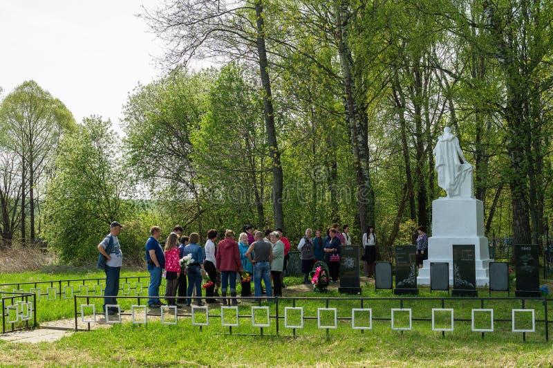 Ceremonin på massgraven i byn av den Kaluga regionen (Ryssland) på 8 kan 2016 arkivfoto