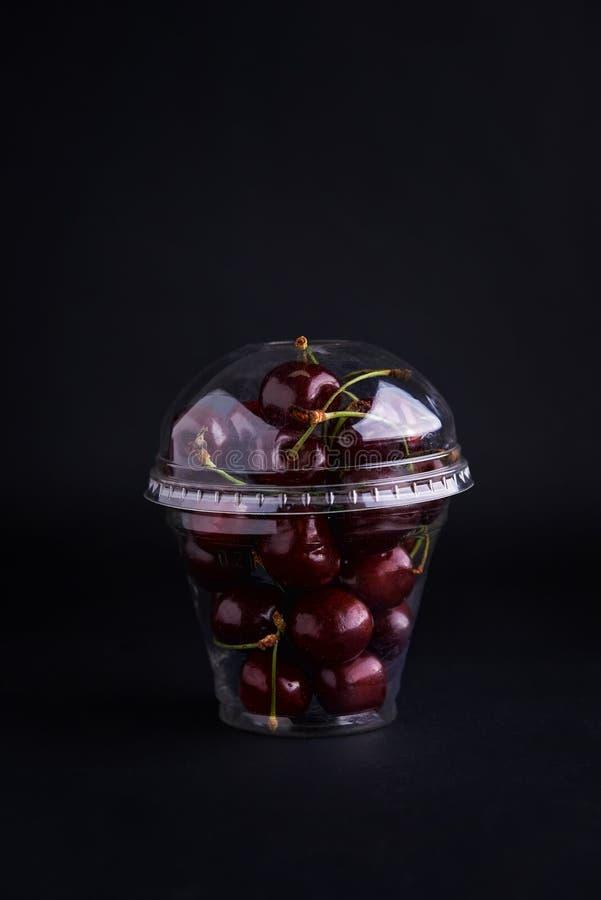 Cereza dulce en taza plástica fotografía de archivo libre de regalías