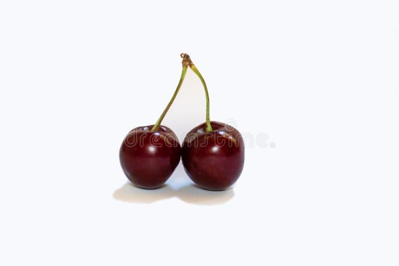 Cereza dulce roja aislada en el fondo blanco 2 imagenes de archivo
