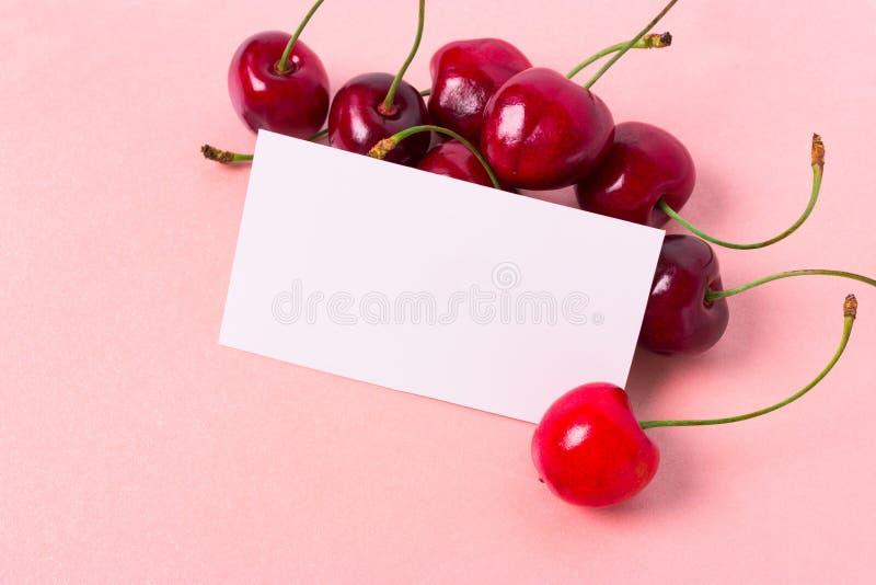 Cereza fresca y tarjeta en blanco fotografía de archivo