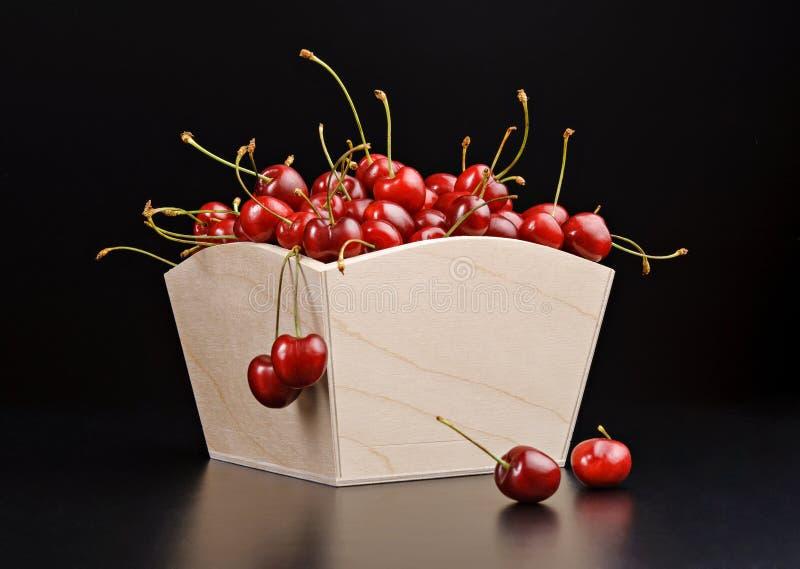 Cereza madura en caja de madera foto de archivo