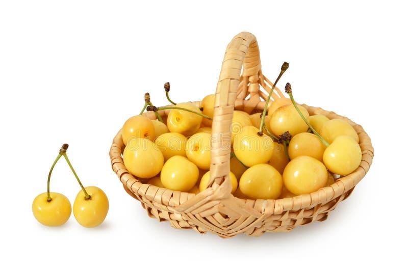 Cerezas dulces en la cesta de madera aislada en blanco fotografía de archivo libre de regalías
