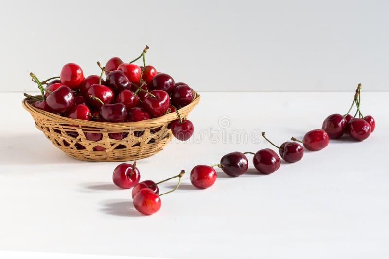 Cerezas frescas dulces en un cuenco aislado en el contexto blanco, backround de la fruta Comida sana, visión superior fotos de archivo libres de regalías