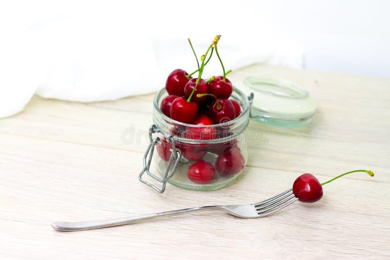 cerezas frescas en el tarro para el atasco de cereza preservado hecho en casa, cotos para el invierno - concepto dulce de la cons foto de archivo libre de regalías